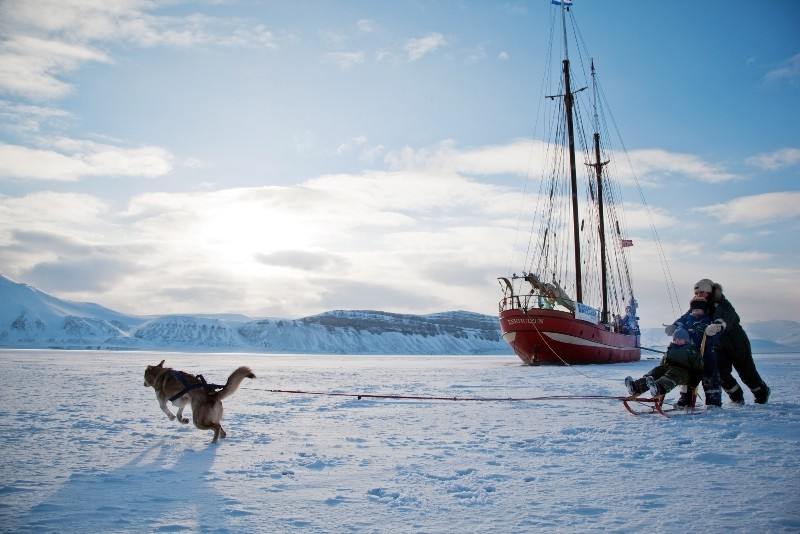 Ship in the Ice-001